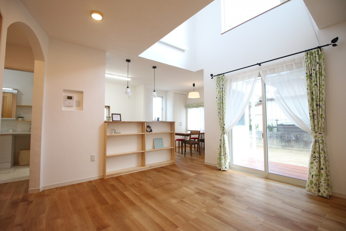 ヘリンボーン貼りの床と吹き抜けのあるお家
