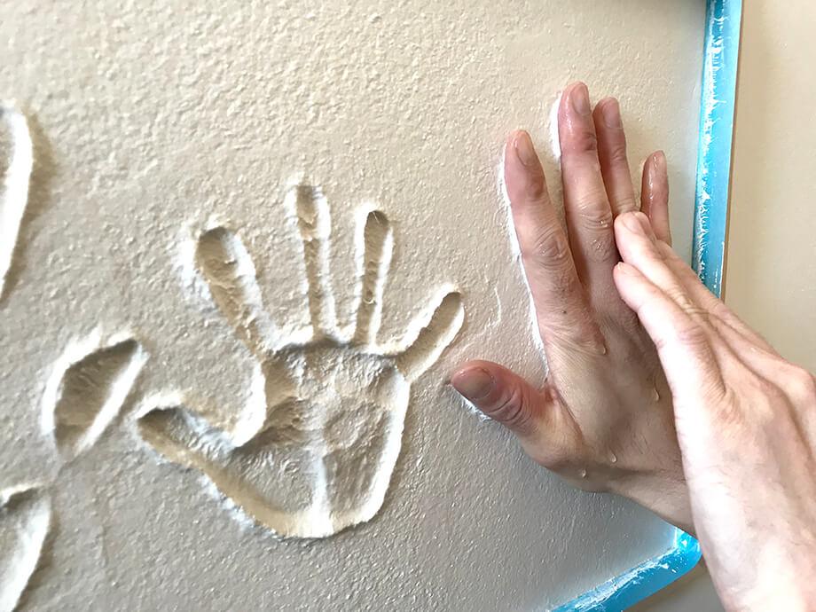 「家族の手形」思い出と一緒に暮らす