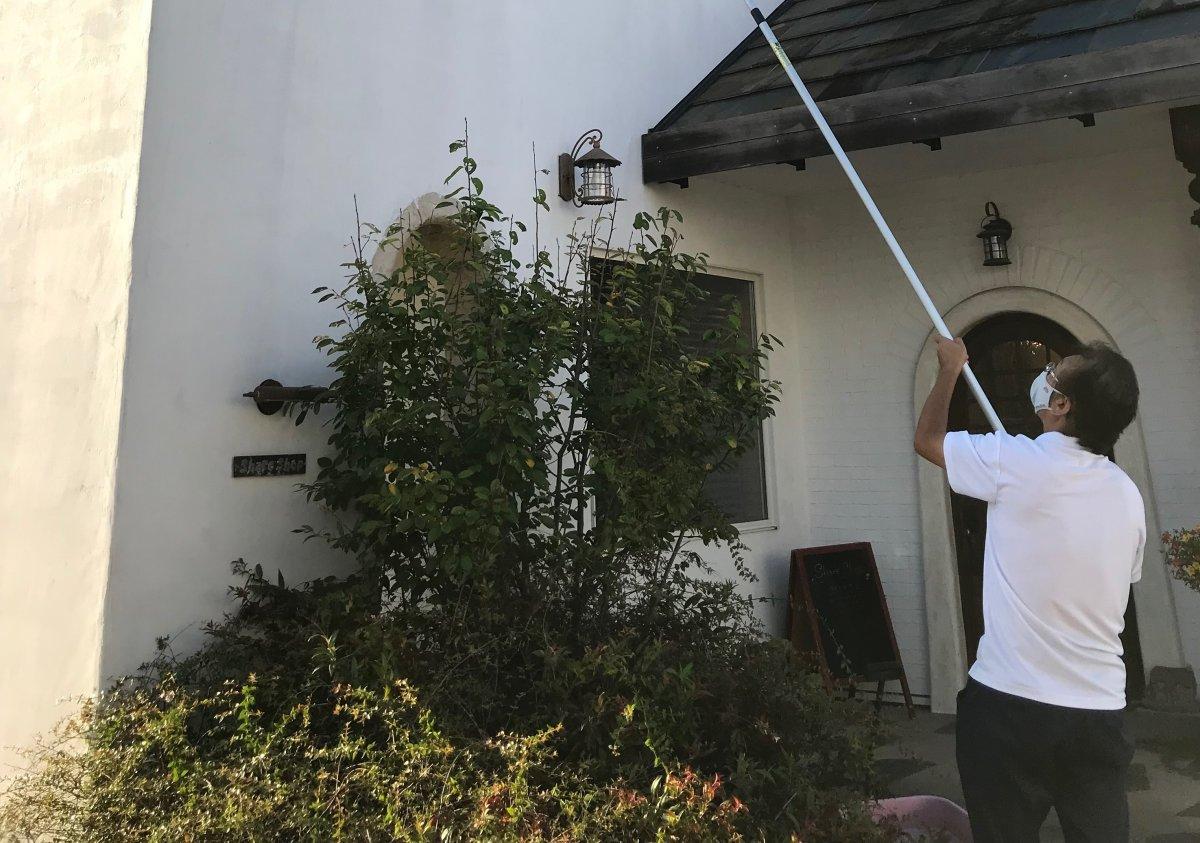 軒下の蜘蛛の巣!こんなに簡単にお掃除できます☆